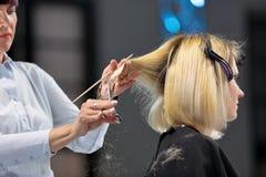POZNAŃSKI, POLSKA, MAJ - 07 2016: Fryzjera arymażu blondyn w Obraz Stock