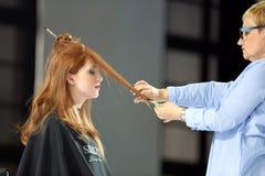 POZNAŃSKI, POLSKA, MAJ - 07 2016: Fryzjera arymażu włosy z sc Zdjęcie Royalty Free