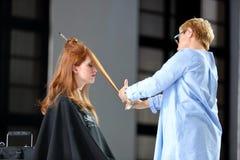 POZNAŃSKI, POLSKA, MAJ - 07 2016: Fryzjera arymażu włosy z sc Obrazy Royalty Free