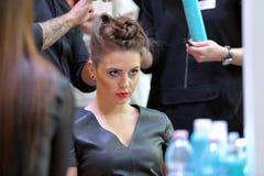 POZNAŃSKI, POLSKA, MAJ - 07 2016: Fryzjera ułożenia uczesanie przy T Fotografia Royalty Free