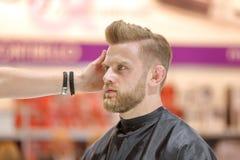 POZNAŃSKI, POLSKA, MAJ - 07 2016: Fryzjera ułożenia uczesanie przy T Zdjęcie Stock