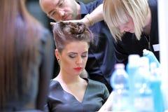 POZNAŃSKI, POLSKA, MAJ - 07 2016: Fryzjera ułożenia uczesanie przy T Fotografia Stock