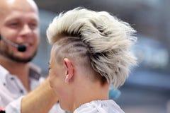 POZNAŃSKI, POLSKA, MAJ - 07 2016: Fryzjera ułożenia uczesanie przy T Zdjęcia Stock