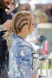 POZNAŃSKI, POLSKA, MAJ - 07 2016: Fryzjera ułożenia uczesanie przy T Obrazy Royalty Free