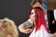 POZNAŃSKI, POLSKA, MAJ - 07 2016: Fryzjera ułożenia uczesanie przy T Zdjęcie Royalty Free