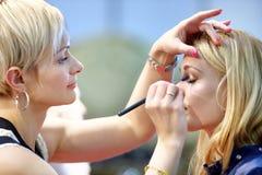 POZNAŃSKI, POLSKA, MAJ - 07 2016: Młoda dziewczyna podczas makeup procesu Zdjęcia Royalty Free