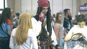 POZNAŃSKI, POLSKA, MAJ - 19, 2018 Młody człowiek jest ubranym kostium Jack Sparrow zdjęcie wideo