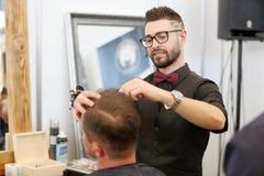 POZNAŃSKI, POLSKA, MAJ - 07 2016: Fryzjer robi tramlines z Zdjęcia Stock