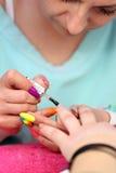 POZNAŃSKI, POLSKA, MAJ - 07 2016: Manicurzysty mistrz robi manicure'owi Obraz Stock