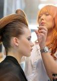 POZNAN - 18-ОЕ АПРЕЛЯ: Парикмахер аранжируя hairdo на щеголе взгляда Стоковые Изображения