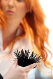 POZNAN - 18-ОЕ АПРЕЛЯ: Парикмахер аранжируя hairdo на щеголе взгляда Стоковые Фотографии RF