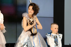 POZNAN - 18-ОЕ АПРЕЛЯ: Стили причёсок выставки Eco дружелюбные от пользы  Стоковые Фотографии RF