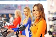 POZNAN - APRIL 09: Stewardess op een autoped op markt bij de Sh Motor Royalty-vrije Stock Fotografie