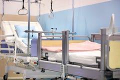 POZNAN, POLEN - APRIL 12 2016: Leeg bed in het ziekenhuisruimte Poz Royalty-vrije Stock Foto's