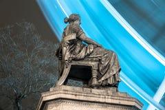 POZNAN POLEN - DECEMBER 16, 2017 Hygieia springbrunnmonument på frihetsfyrkanten Plac Wolnosci med en bakgrund för ferrishjul royaltyfria foton