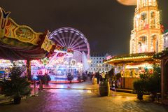 POZNAN, POLEN - DECEMBER 16, 2017 Kerstmismarkt bij de Vrijheid Vierkante Plac Wolnosci met nachtverlichting Royalty-vrije Stock Fotografie
