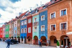 Poznan Polen 2018-09-22, härlig Poznan färgrik gammal stad, färgrik hus, monumentalt, historisk byggnad och springbrunn, gammal m arkivbild