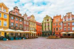 Poznan Polen 2018-09-22, härlig Poznan färgrik gammal stad, färgrik hus, monumentalt, historisk byggnad och springbrunn, gammal m arkivbilder