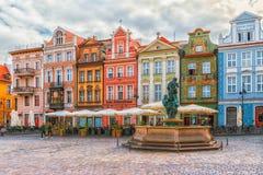 Poznan Polen 2018-09-22, härlig Poznan färgrik gammal stad, färgrik hus, monumentalt, historisk byggnad och springbrunn, gammal m fotografering för bildbyråer