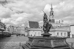 Poznan Polen 2018-09-22, härlig Poznan färgrik gammal stad, färgrik hus, monumentalt, historisk byggnad och springbrunn, gammal m royaltyfri fotografi