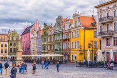 Poznan Polen 2018-09-22, härlig Poznan färgrik gammal stad, färgrik hus, monumentalt, historisk byggnad och springbrunn, gammal m arkivfoto