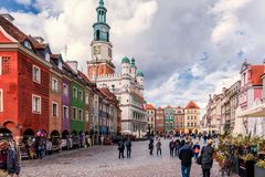 Poznan Polen 2018-09-22, härlig Poznan färgrik gammal stad, färgrik hus, monumentalt, historisk byggnad och springbrunn, gammal m arkivfoton