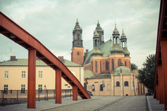 Poznan, Polen - Juni 29, 2016: Uitstekende foto, Oude brug en kathedraalkerk in stad Poznan Stock Foto's