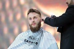 POZNAN POLEN - MAJ 07 2016: Barberare som rakar hår vid elkraft t Arkivbilder