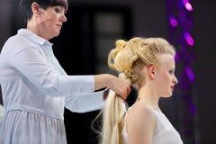 POZNAN POLEN - MAJ 07 2016: Frisör som ordnar frisyren på T Fotografering för Bildbyråer