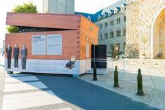 Poznan, POLEN - September 06, 2016: Encryptiecontainer - tijdelijk paviljoen dat als Enigma-machine kijkt royalty-vrije stock fotografie
