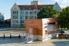 Poznan, POLEN - September 06, 2016: Encryptiecontainer - tijdelijk paviljoen dat als Enigma-machine kijkt stock afbeeldingen