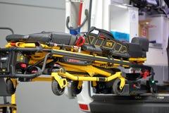 POZNAN, POLOGNE - 12 AVRIL 2016 : Civière de roulement et voiture d'ambulance sur la foire internationale SALMED 2016, Pologne de image stock
