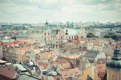 Poznan, Pologne - 28 juin 2016 : Photo de vintage, vue sur des bâtiments et église collégiale dans la ville polonaise Poznan Photo libre de droits