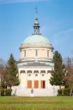 Poznan, Polonia - 1° aprile 2017: Vista sulla chiesa della st John Vianney sul fondo del cielo blu Fotografie Stock
