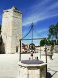 Pozo artestian del vintage y parque público de la torre Imagenes de archivo
