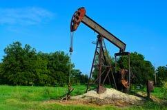 Pozo de petróleo viejo oxidado Imagen de archivo libre de regalías