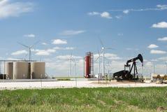 Pozo de petróleo y granja de viento fotos de archivo libres de regalías