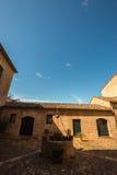 Pozo y casa medievales en Italia imagen de archivo