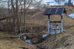 Pozo y el puente en primavera temprana Fotos de archivo libres de regalías