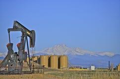 Pozo y los tanques de petróleo Foto de archivo libre de regalías