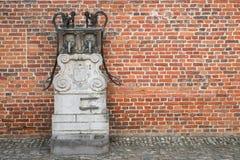Pozo y pared de ladrillo medievales Imagen de archivo
