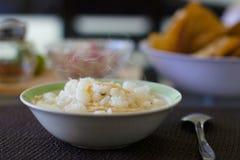 Pozole blanco con el pollo acompañado por el chile de Arbo Foto de archivo libre de regalías