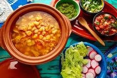 Pozole con el guisado grande del maíz de la mota de polvo de México fotos de archivo