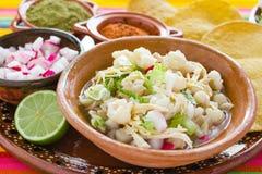 Pozole gjorde mexicansk havresoppa, traditionell mat i Mexico med havrekorn royaltyfria foton
