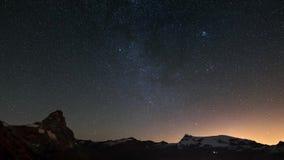 Pozorny obracanie gwiaździsty niebo nad majestatycznym halnym szczytem i Monte Rosa lodowami Matterhorn lub Cervino, włoch zbiory