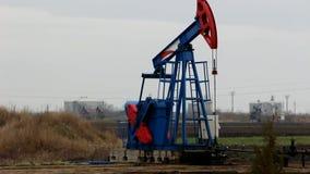 Pozos de petróleo almacen de metraje de vídeo