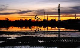 Pozos de petróleo y torre de la perforación Fotografía de archivo libre de regalías