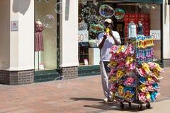 POZOS DE TUNBRIDGE, KENT/UK - 30 DE JUNIO: Hombre que genera porciones de bubb Foto de archivo libre de regalías