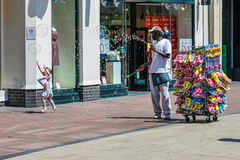 POZOS DE TUNBRIDGE, KENT/UK - 30 DE JUNIO: Hombre que genera porciones de bubb Imágenes de archivo libres de regalías