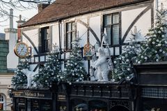 POZOS DE TUNBRIDGE, KENT/UK - 4 DE ENERO: Exhibición de la Navidad en Tunbridge real Wells el 4 de enero de 2019 foto de archivo